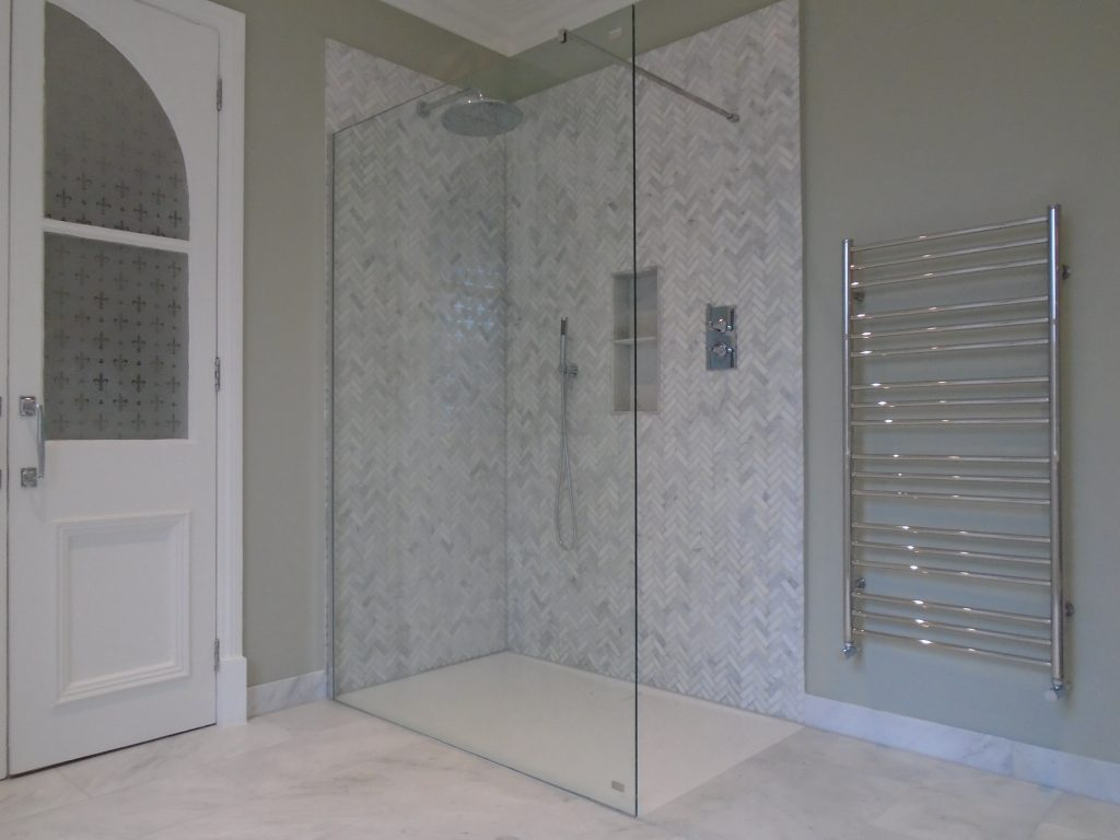 Walk in shower with floor level tray